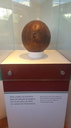 A bola usada no primeiro jogo da Seleção Brasileira, em 1914