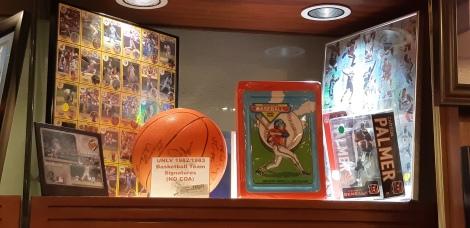 Cards raros de beisebol e basquete, além de bola autografada da Universidade de Las Vegas de 1982