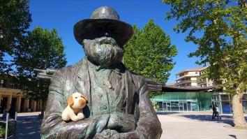 Com seu amigo Cézanne, em Aix-en-Provence (França)